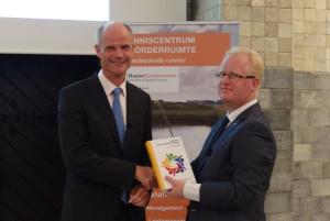 Minister Blok ontvangt boek van Slener